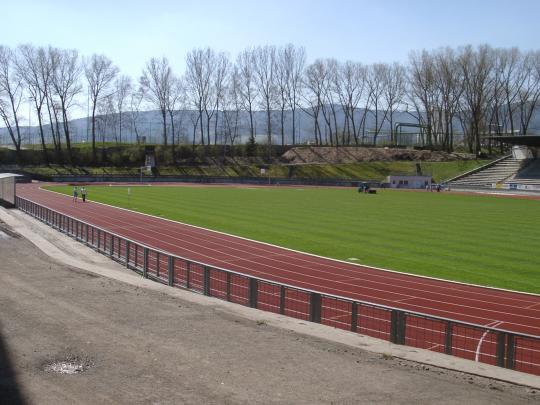 Atletický stadion. Škola využívá špičkové atletické sportoviště a další zařízení areálu k výuce.