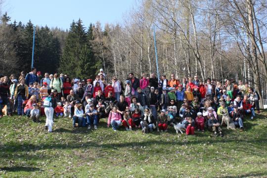 Jsme jedna velká rodina. Žáci, učitelé a rodiče se pravidelně poslední dubnovou sobotu schází na společný výstup na Ještěd