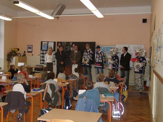 První školní den. Žáky přichází tradičně přivítat naši kamarádi Bílí Tygři Liberec