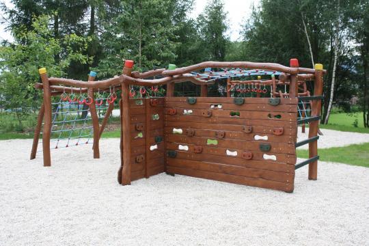 Víceúčelový dětský park, který byl postaven školou s využitím finančních prostředků podpory Evropské unie a slavnostně otevřen 5.9.2009