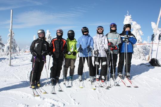 Žáci sedmých tříd jezdí každý rok na pobytový lyžařský výcvikový zájezd, Rokytnice nad Jizerou únor 2010.